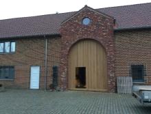 Project houten poort in vernieuwde schuur